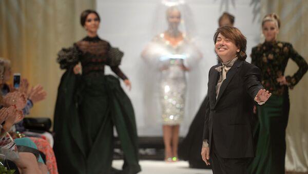 Модельер Валентин Юдашкин на показе своей новой коллекции одежды в рамках празднования юбилея благотворительного фонда Татьяны Михалковой Русский Силуэт