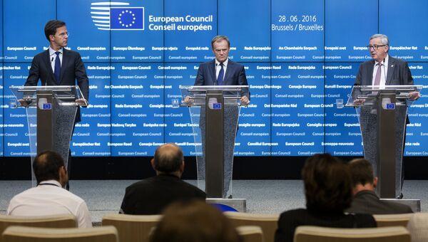 Голландский премьер-министр Марк Рютте, председатель Европейского совета Дональд Туск и председатель Европейской комиссии Жан-Клод Юнкер (слева направо) во время саммита ЕС в Брюсселе