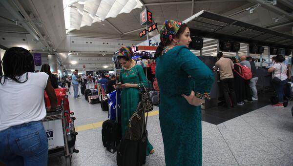 Пассажиры в аэропорту Ататюрка в Стамбуле. Архивное фото