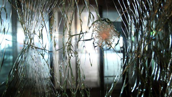 Стекло на двери в аэропорту Ататюрка в Стамбуле, поврежденное в результате теракта. Архивное фото