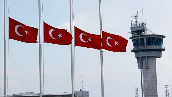 Приспущенные турецкие флаги. Архивное фото