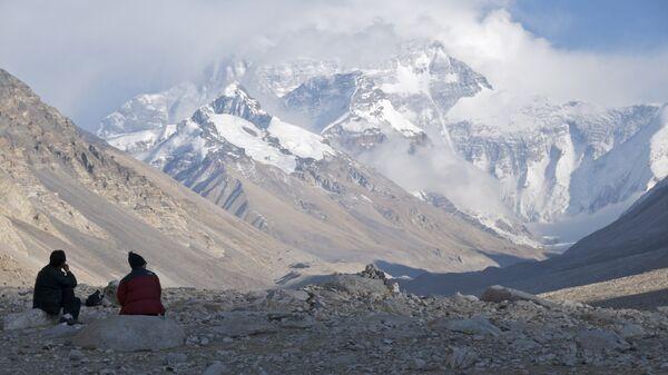 Туристы на фоне горы Эверест