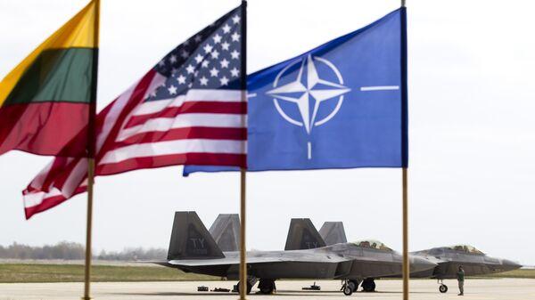Истребители ВВС США F-22 Raptor на авиабазе Зокняй, Литва