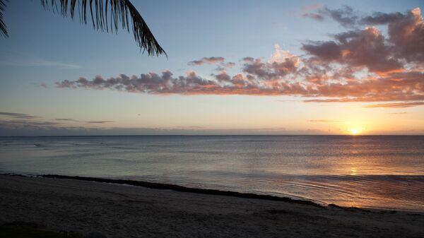 Закат на пляже Натадола Бич на Фиджи