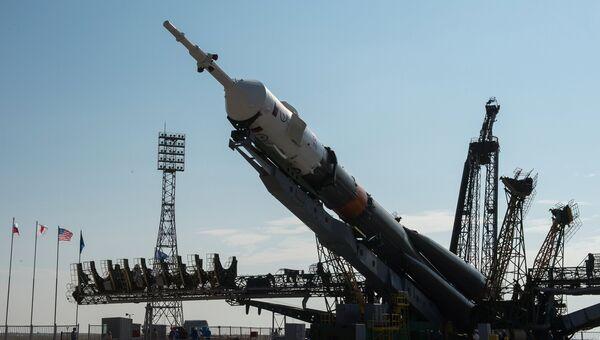 Установка ракеты-носителя. Архивное фото