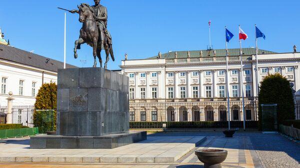 Флаги Польши, НАТО и Евросоюза у Президентского дворца в Варшаве
