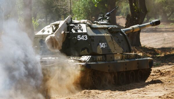 Самоходная артиллерийская установка 2С19 МСТА-С во время прохождения полосы препятствий на конкурсе по полевой выучке среди инженерно-саперных подразделений Безопасный маршрут. Архивное фото