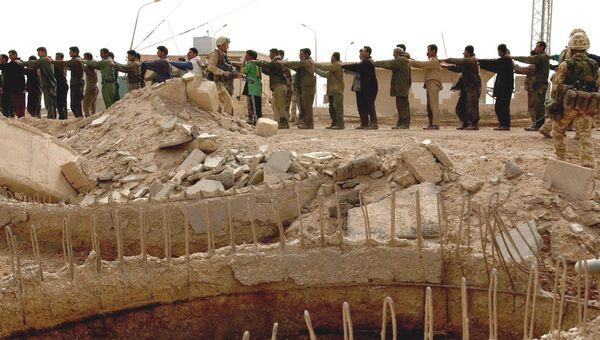 Британские солдаты конвоируют пленных возле Эль-Фао, Ирак. Архивное фото