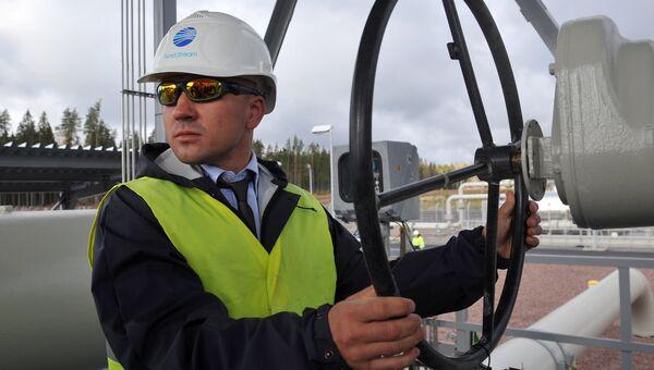 Рабочий на газопроводе Северный поток. Архивное фото