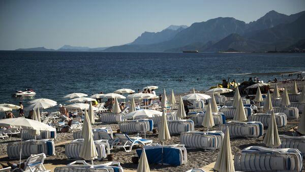 Шезлонги на пляже курорта Кемер в Турции. Архивное фото