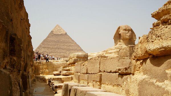 Египетские пирамиды на плато Гиза в пригороде Каира. Архивное фото