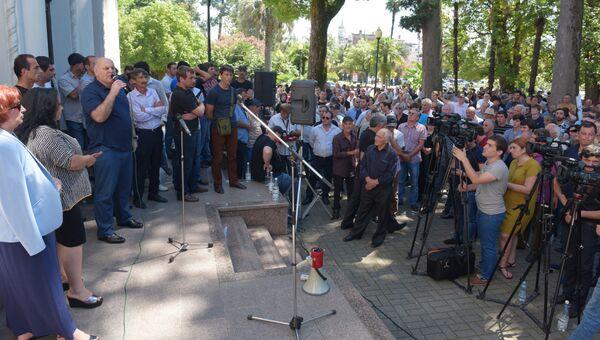 Митинг оппозиции у здания государственной филармонии в Сухуме. Июль 2016