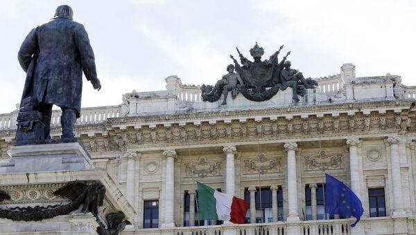 Флаги Италии и Евросоюза на здании в Риме. Архивное фото