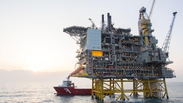 Нефтяная платформа и танкер в Северном море