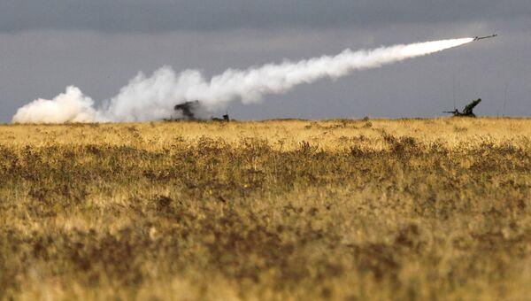 Работа зенитно-ракетного комплекса Стрела-10 на военных учениях. Архивное фото