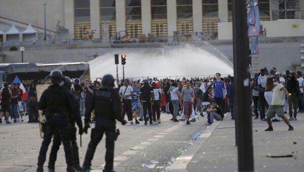 Столкновения с полицией продолжаются в районе фан-зоны возле Эйфелевой башни в Париже параллельно с финальным матчем чемпионата Европы по футболу