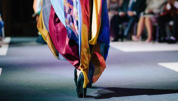 Модель демонстрирует одежду