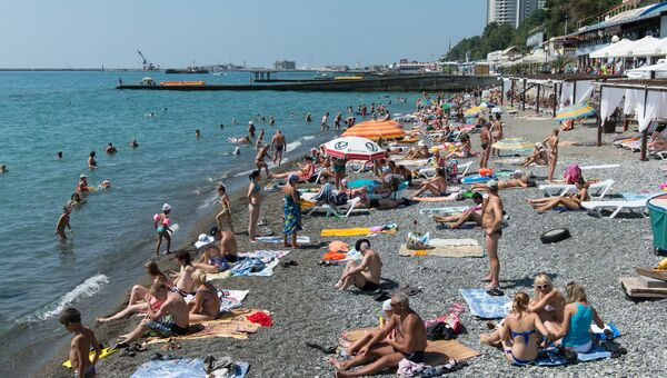 Отдыхающие на пляже. Архивное фото
