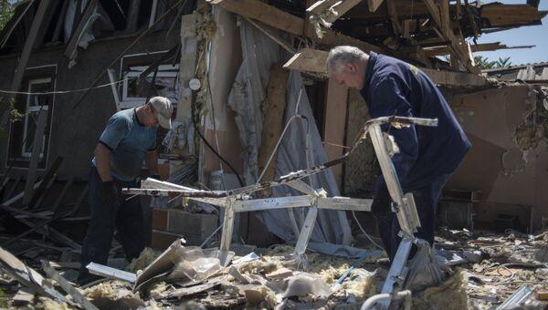 Мужчины у разрушенного дома после ночного обстрела. Архивное фото