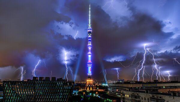 Молния над Останкинской телебашней в Москве. Архивное фото