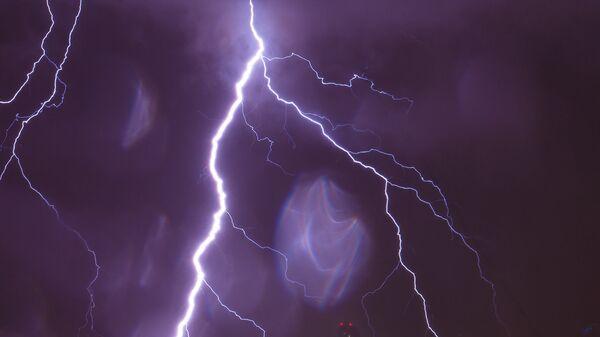 Молния в небе. Архивное фото