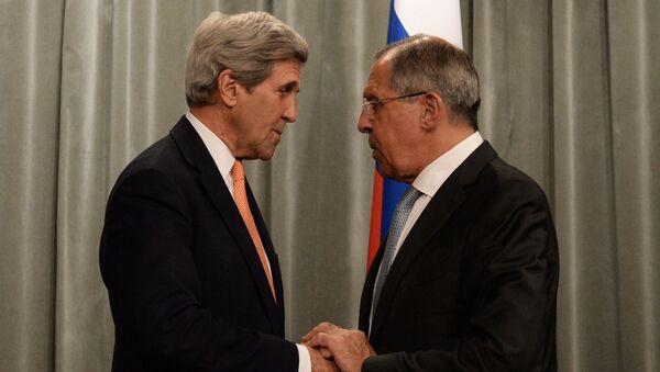 Министр иностранных дел РФ Сергей Лавров (справа) и государственный секретарь США Джон Керри на встрече. Архивное фото