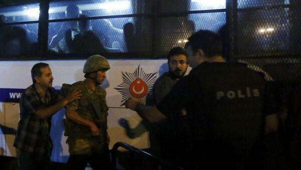 Турецкие военные сдаются полиции в Стамбуле, Турция