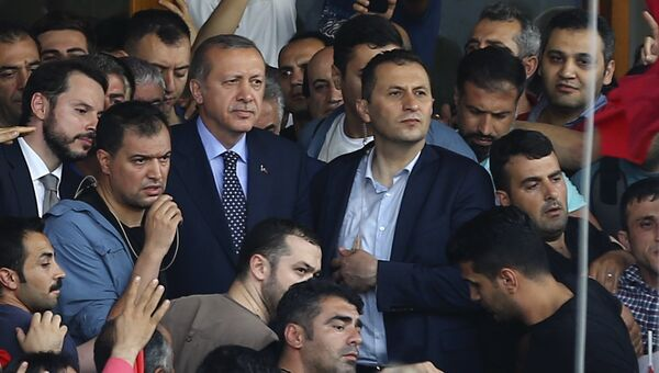 Президент Турции Реджеп Эдоган в окружении сторонников в аэропорту в Стамбуле. 16 июля 2016