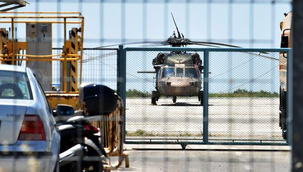 Турецкий военный вертолет в аэропорту греческого города Александруполиса, 16 июля 2016