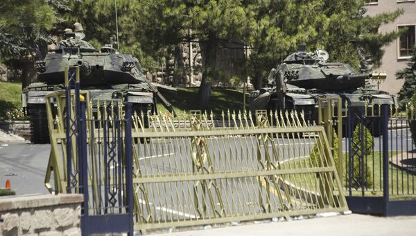 Танки у здания турецкого Генштаба в Анкаре, 17 июля 2016