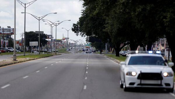 Полицейские блокируют дорогу в городе Батон-Руж, Луизиана, 17 июля 2016