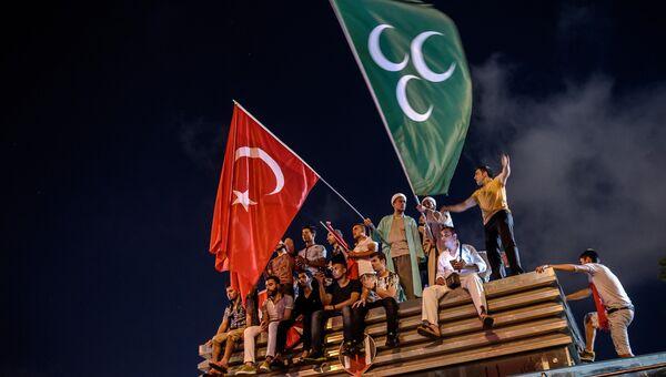 Демонстранты с турецким и османским флагами на площади Таксим в Стамбуле. Архивное фото
