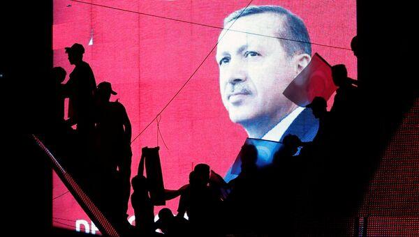 Cторонники президента Турции Тайипа Эрдогана. 17 июля 2016. Архивное фото