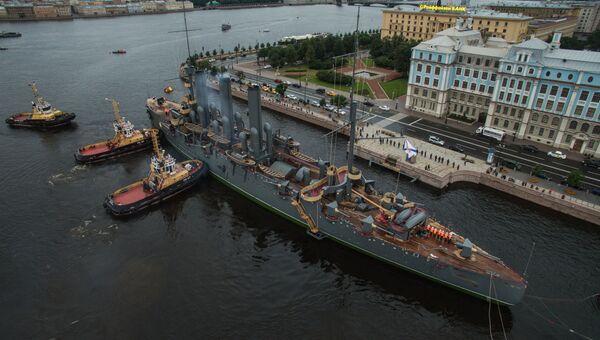 Буксировка крейсера Аврора к месту постоянной стоянки у Петроградской набережной. Архивное фото