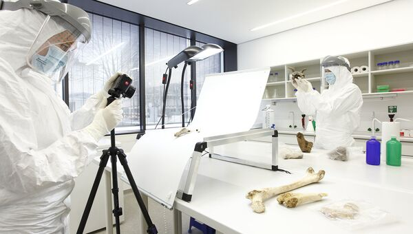 Ученые извлекают образец ДНК в лаборатории университета Майнца