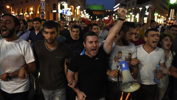 Гражданские активисты, недовольные сложившейся внутриполитической ситуацией и задержанием полицией нескольких десятков человек, в Ереване