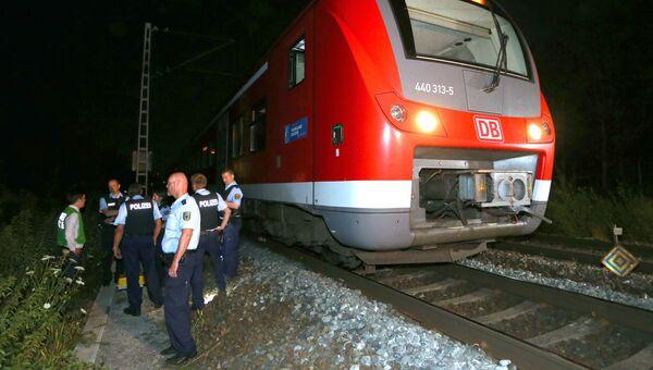 Сотрудники полиции возле поезда в Вюрцбурге, где произошло нападение на пассажиров. 18 июля 2016