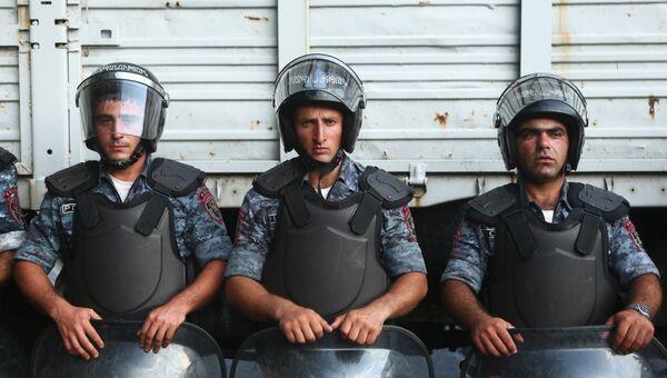 Ситуация близ захваченного в Ереване здания полка полиции. Архивное фото