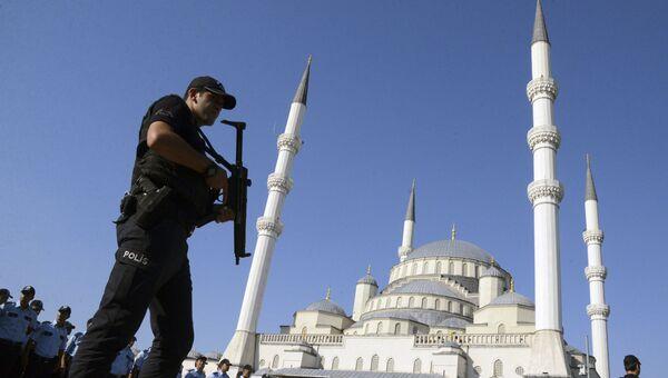 Турецкий полицейский во время церемонии похорон жертв попытки государственного переворота в Анкаре