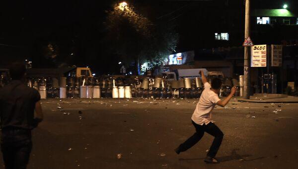 Протестующие во время столкновения с полицейскими в Ереване. Архивное фото