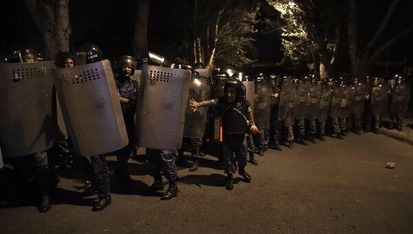 Группа полицейского спецназа близ захваченного в Ереване здания полка ППС