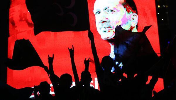 Cторонники президента Турции Тайипа Эрдогана во время проправительственной демонстрации в Анкаре. 20 июля 2016
