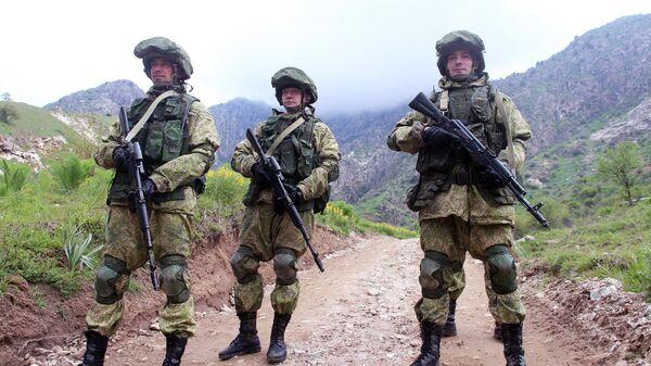 Военнослужащие российской армии во время учений в Таджикистане. Архивное фото