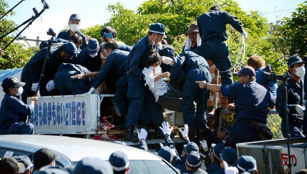Протестующие против строительства вертолетных площадок для американских вооруженных сил на Окинаве, Япония. 22 июля 2016