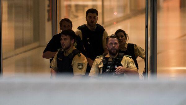 Сотрудники полиции в торговом центре Мюнхена, где произошла стрельба. 22 июля 2016