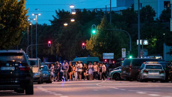 Полиция в Мюнхене эвакуирует людей из торгового центра, где неизвестные открыли стрельбу. Архивное фото