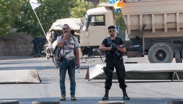 Члены группы Сасна црер на территории захваченного полка ППС полиции района Эребуни в Ереване
