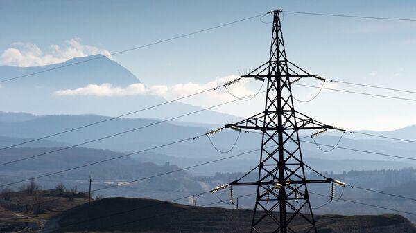Линии электропередач на фоне горы Чатыр-Даг в окрестностях села Малиновка в Крыму. Архивное фото