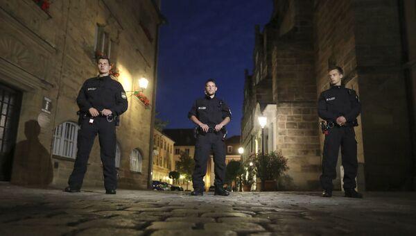 Немецкие полицейские в районе взрыва в Ансбахе. 23 июля 2016