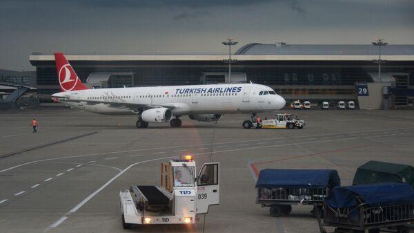 Самолет авиакомпании Turkish Airlines в аэропорту Внуково в Москве
